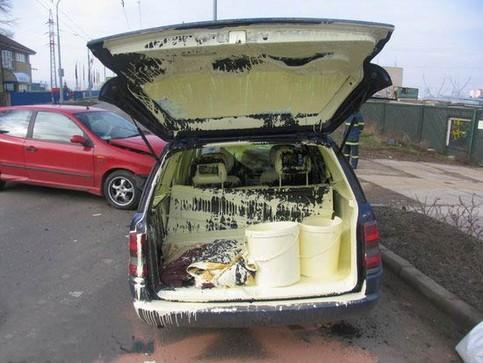 Im Kofferraum eines Autos hat ein Eimer Farbe ein ordentliches Chaos angerichtet.