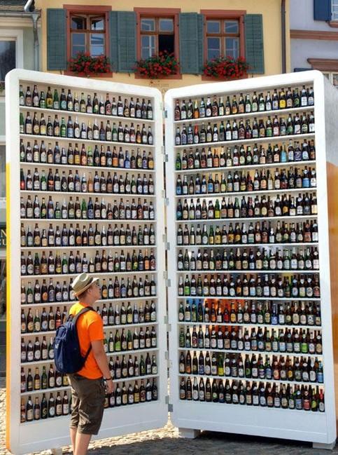 Ein riesiger Kühlschrank ist mit Bier gefüllt.