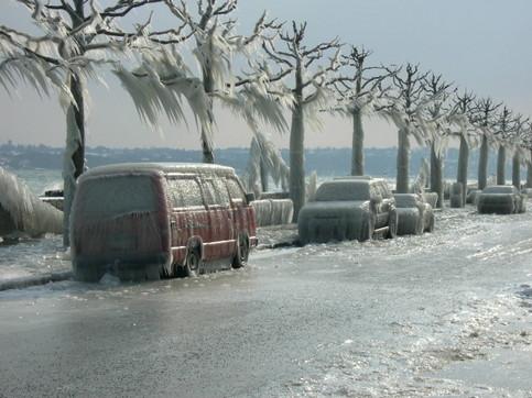Autos und eine Straße sind komplett eingefroren.