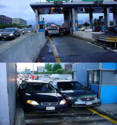 An einer Mautstation haben sich zwei Autos zwischen den Pfosten eingeklemmt.