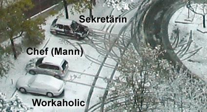 Drei Autos mit Einparkspuren im Schnee: Workaholic (keine Spuren), Chef (direkt eingeparkt), Sekräterin (viele Einparkversuche).