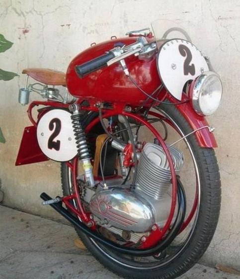 Ein merkwürdig umgebautes Motorrad.