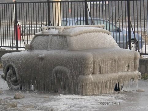 Ein eingefrorener Trabi.