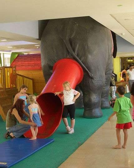 Eine Rutsche ist am Hinterteil eines Plastik-Elefanten befestigt.