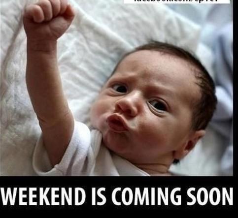 """Ein Baby liegt auf einem Tuch und streckt den Arm mit geschlossener Faust in die Luft. Sein Gesicht zeigt einen entschlossenen Ausdruck. Das Foto trägt die Bildunterschrift: """"Weekend is coming soon""""."""