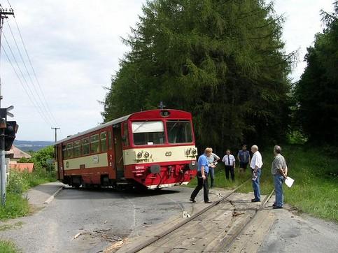 Eine Straßenbahn bzw. eine Lok ist entgleist.