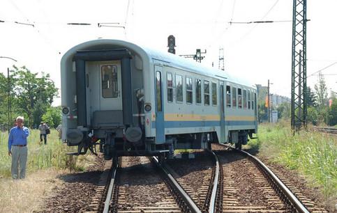 Ein Teil eines Zuges steht quer auf den Schienen.