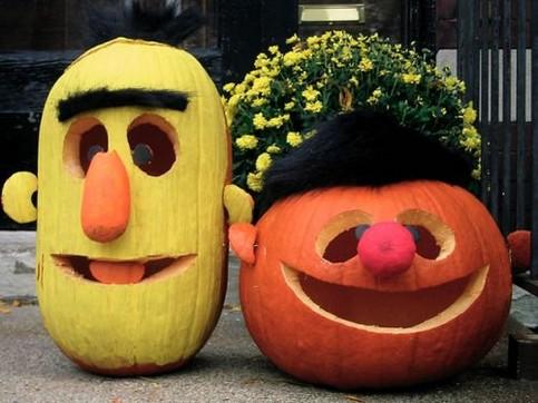 Ernie und Bert wurden beide aus Kürbissen geschnitzt.