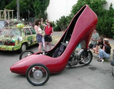 Ein riesiger Schuh, mit dem man fahren kann.