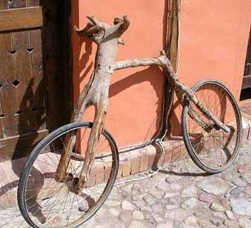 Ein Fahrrad aus Holz.