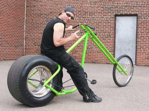 Ein Mann auf einem Fahrrad mit einem dicken Motorradreifen.