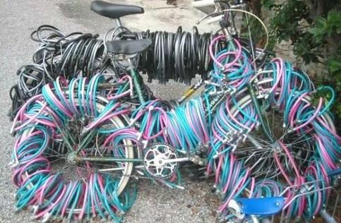 Fahrräder sind mit Unmengen von Schlössern gesichert.