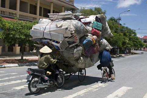 Ein Fahrrad ist völlig überladen.