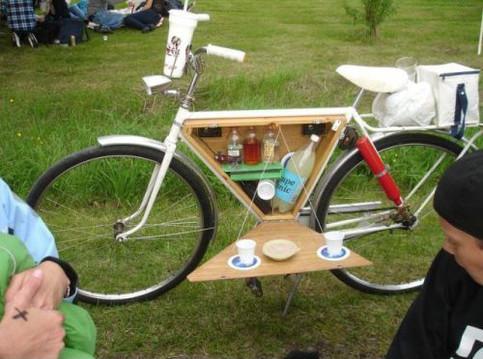 Ein Fahrrad ist so umgebaut worden, dass man eine Minibar ausklappen und unterwegs trinken kann.