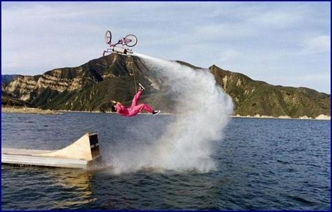 Ein Fahrrad mit Raketenantrieb fliegt auf einem See in die falsche Richtung.