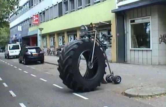 Ein Fahrrad ist mit einem Traktorreifen als Vorderreifen ausgestattet worden.
