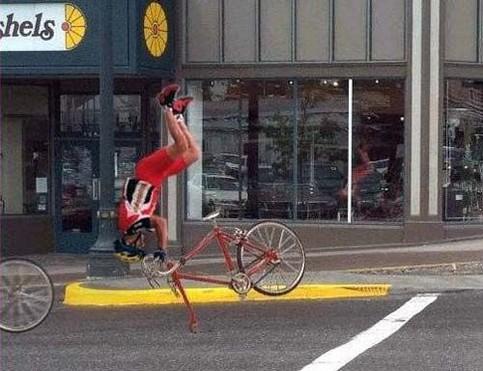 Ein Fahrradfahrer fliegt über den Lenker.