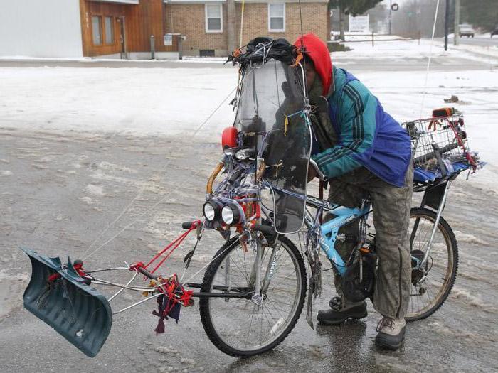 Vor ein Fahrrad wurde eine Schneeschaufel montiert, so dass man mit dem Fahrrad Schnee räumen kann.