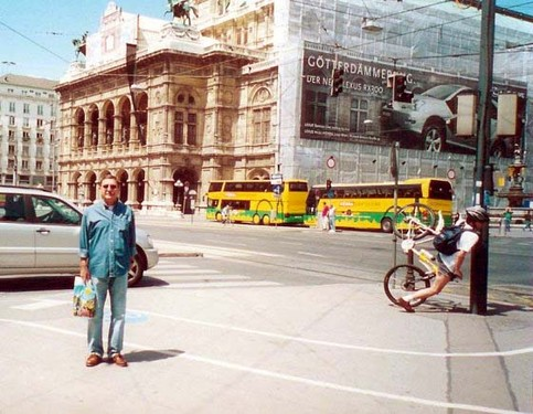 Ein Foto, auf dem am Bildrand ein Fahrradfahrer gegen einen Laternenpfahl knallt.