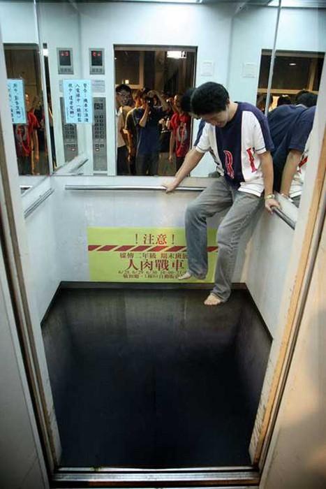 Der Boden eines Aufzugs ist so bemalt, dass man glaubt, durch ein Loch in den Schacht zu sehen.