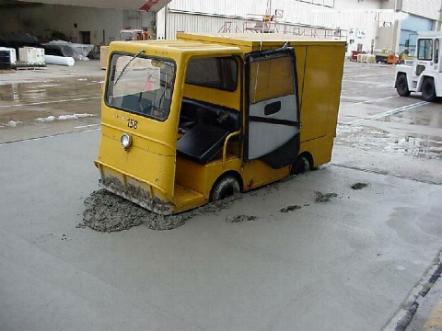 Ein Fahrzeug ist in frischem Beton stecken geblieben.