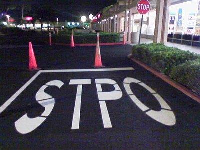"""Eine Kreuzung ist mit """"STPO"""" statt """"STOP"""" beschriftet."""