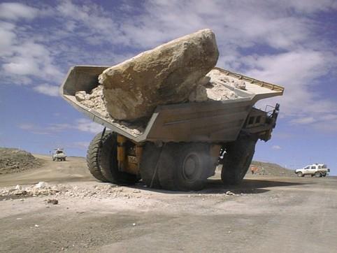Ein viel zu schwerer Fels auf einem LKW.
