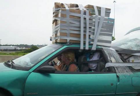 Ein vollgepacktes Auto, das mit Klebeband verschnürt ist.