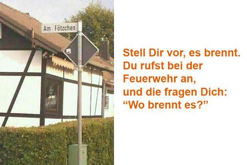 """Ein Foto eines Straßenschildes, die Straße heißt """"Am Fötzchen"""". Dazu der Text: """"Stell Dir vor, es brennt. Du rufst bei der Feuerwehr an, und die fragen Dich: Wo brennt es?"""" Am Fötzchen!"""
