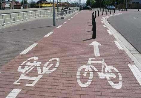Ein Fahrradweg führt direkt auf Poller zu.