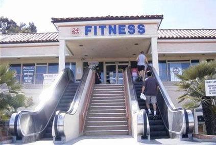 Ein Fitnesstudio, in das man mit einer Rolltreppe fährt.