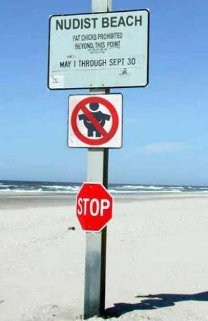 Ein Schild an einem FKK-Strand besagt, dass fette Leute dort verboten sind.