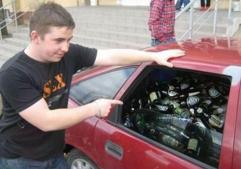 Ein Auto ist bis zur Decke voll mit Pfandflaschen beladen.