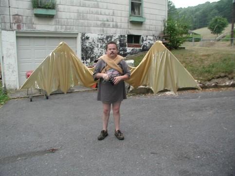 Ein Mann mit einem skurillen Fledermaus-Kostüm.