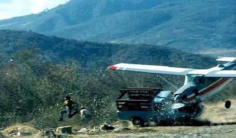 Ein Flugzeug stürzt ab, auf einen Transporter und ein Mann flieht.