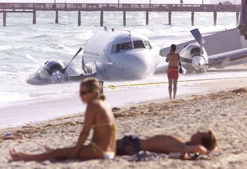 Ein Flugzeug liegt an einem Strand am Meer.