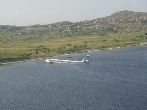 Ein Flugzeug im Wasser.