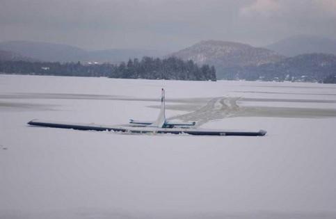 Ein Flugzeug ist bei der Landung auf einem zugefrorenen See eingebrochen.