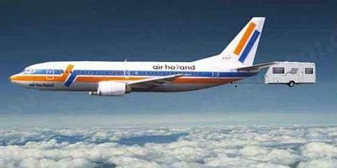 Ein Flugzeug zieht einen Wohnwagen hinter sich her.