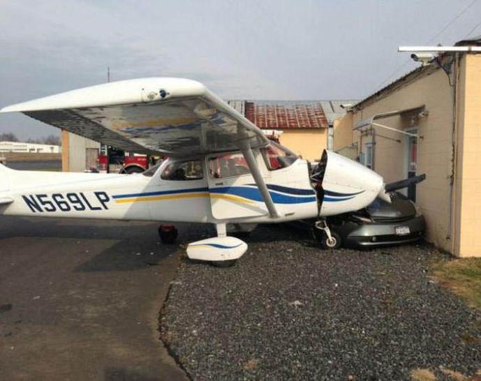 Ein Flugzeug hat auf dem Flugplatz ein Auto gerammt.