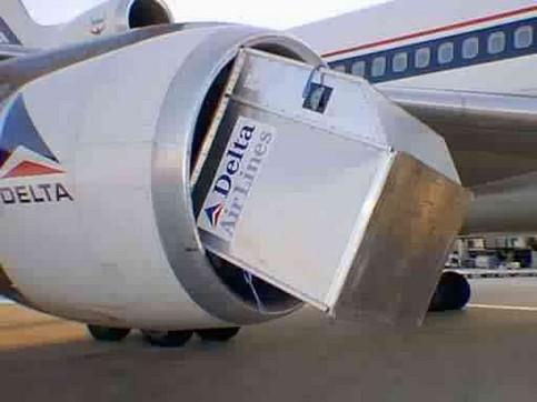 Ein Container ist in ein Flugzeug-Triebwerk gesogen worden.