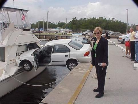 Frau am Steuer: Ein Auto ist an einem Hafen in ein Schiff gefahren
