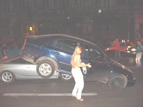 Eine Frau hat einen unglaublichen Autounfall verursacht.