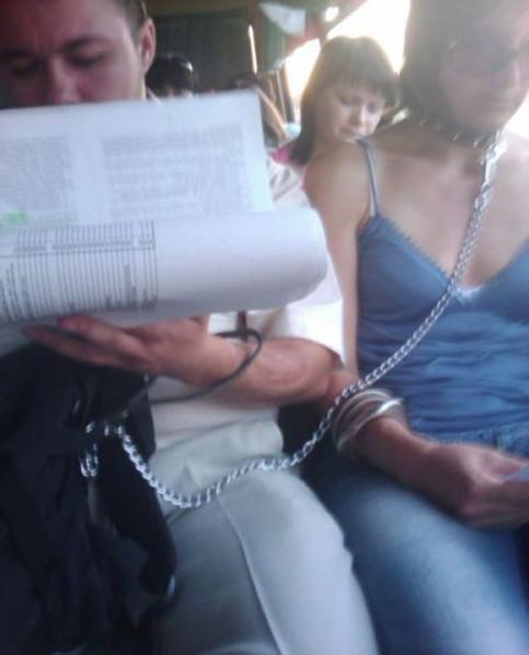 Ein Mann hat eine neben ihm sitzende Frau im Bus mit einer Halskette angeleint.