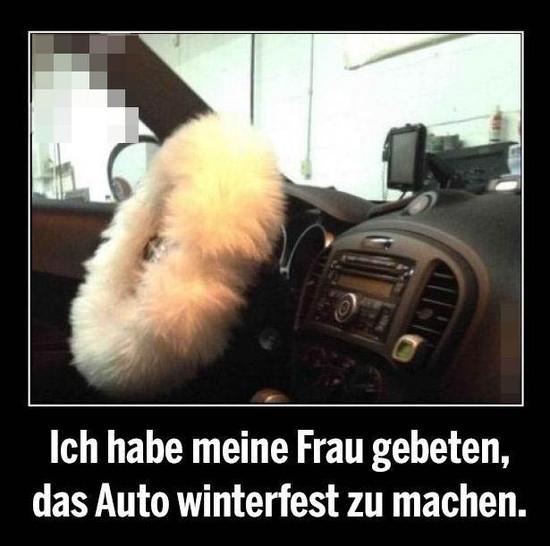 """In einem Auto ist das Lenkrad mit einem dicken weißen Plüsch-Fell überzogen. Dazu steht der Text """"Ich habe meine Frau gebeten, das Auto winterfest zu machen""""."""