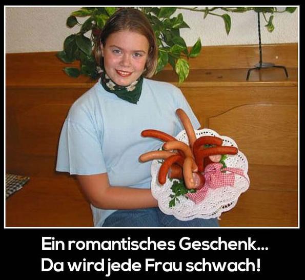 Eine junge Frau hat einen Strauß Würstchen bekommen und freut sich.