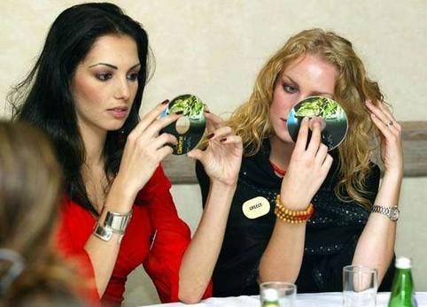 Zwei Frauen betrachten ihr Spiegelbild in CDs.