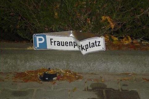 Ein Frauenparkplatz, das Schild ist durch einen Unfall verbeult.