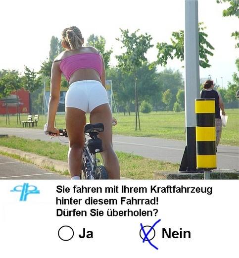 """Auf einem Foto sieht man von hinten eine sehr leicht bekleidete Radfahrerin. Unter dem Bild steht die Frage: """"Sie fahren mit Ihrem Kraftfahrzeug hinter diesem Fahrrad! Dürfen Sie überholen?"""" Die Antwort """"Nein"""" ist angekreuzt."""