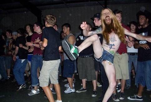 Ein bärtiger Mann tanzt abgefahren auf einer Party